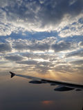 Soluppgångresande till och med härliga moln royaltyfri bild