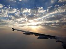 Soluppgångresande till och med molnen arkivbilder