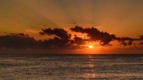SoluppgångSeascape med solstrålar royaltyfri fotografi