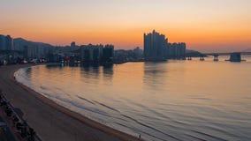 Soluppgångsikt av Busan, Sydkorea Gwangan bro och centrum stock video