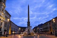 Soluppgångsikt av den Bernini obelisken och springbrunnen i Rome, Italien. Arkivbilder