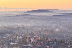 Soluppgångsikt av den Brisbane staden från monteringssothöna-tha Arkivfoton