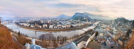 Soluppgångsikt av den historiska staden Salzburg arkivbilder