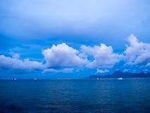 Soluppgångsikt av den Moorea ön från interkontinental semesterort och det Spa hotellet i Papeete, Tahiti, franska Polynesien royaltyfria foton