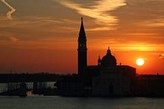 Soluppgångsikt av den San Giorgio Maggiore kyrkan i Venedig, Italien Arkivfoton