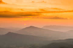Soluppgångsikt av landskapet på tropisk bergskedja Royaltyfri Foto