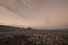 Soluppgångsikt från överkant av den Savitri templet Arkivbild
