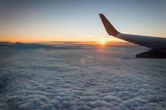 Soluppgångsikt från flygplanfönstret Royaltyfri Bild