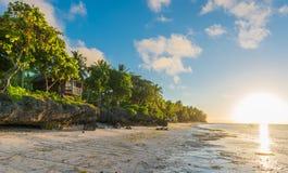 Soluppgångsikt på Andaen vita Long Beach på den Bohol ön Royaltyfri Foto