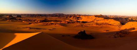 Soluppgångsikt till den Tin Merzouga dyn, Tassili nAjjernationalpark, Algeriet Royaltyfria Bilder