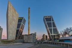 Soluppgångsikten av porten av Europa KIO står högt på den Paseo de la Castellana gatan i stad av Madrid, Arkivfoto