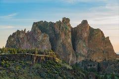 Soluppgångsikten av smeden vaggar delstatsparken i Oregon fotografering för bildbyråer