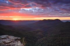 Soluppgångsikter över Jamison Valley som monterar ensliga Australien arkivfoto