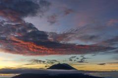 Soluppgångsikter som fotvandrar Mt Batur Royaltyfri Bild