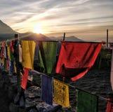 Soluppgångstrålar som täcker berget och dalen med tibetian flaggor royaltyfri foto