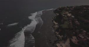Soluppgångsurrlängd i fot räknat av en lugna klippa och strand nära den Uluwatu templet, Bali, Indonesien lager videofilmer