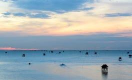 Soluppgångtid, fartyg och thailändsk fiskareby i det Bangtaboon husdjuret Arkivfoton