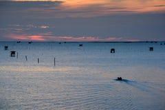 Soluppgångtid, fartyg och thailändsk fiskareby i det Bangtaboon husdjuret Royaltyfria Foton