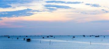 Soluppgångtid, thailändsk fiskareby i Bangtaboon Petchaburi, Arkivfoto