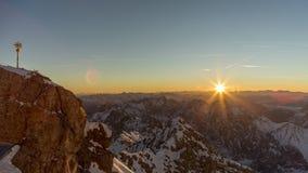 Soluppgångtidschackningsperiod på Mt Zugspitze lager videofilmer