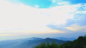 Soluppgångtimelapse av berghöjder med det täta lagret av dimma lager videofilmer
