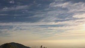 Soluppgångtimelapse av berghöjder med det täta lagret av dimma stock video