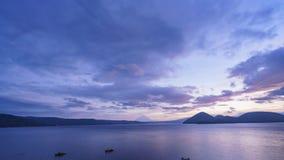 Soluppgångtimelapse av den berömda sjön Toya med monteringen Yotei stock video