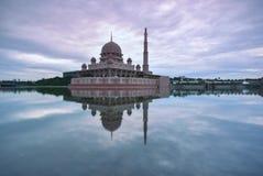 Soluppgångtimelapse på den Putra moskén, Putrajaya, Malaysia lager videofilmer