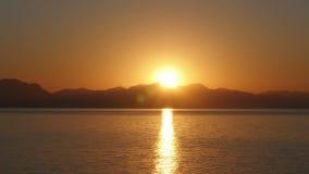 Soluppgångtimelapse, varm morgon för sollöneförhöjning, natt till dagen, arkivfilmer