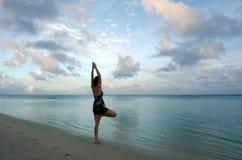 Soluppgångyoga på den Aitutaki lagunkocken Islands Royaltyfri Foto