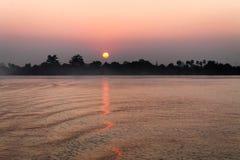 Soluppg?ng ?ver den Irrawaddy floden arkivbilder