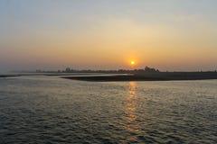 Soluppg?ng ?ver den Irrawaddy floden royaltyfria bilder
