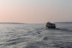 Soluppg?ng ?ver den Irrawaddy floden fotografering för bildbyråer