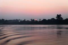 Soluppg?ng ?ver den Irrawaddy floden arkivfoto