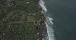 Soluppg?ngsurrl?ngd i fot r?knat av en lugna klippa och strand n?ra den Uluwatu templet, Bali, Indonesien lager videofilmer