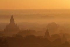 Soluppgång och mist på pagoder av Bagan Fotografering för Bildbyråer