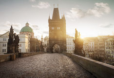 Soluppgång på Charles Bridge i Prague, kontrollrepublik Royaltyfria Foton