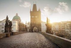 Soluppgång på Charles Bridge i Prague, Tjeckien Royaltyfri Foto