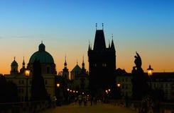 Soluppgång på den Charles bron i Prague Royaltyfri Foto