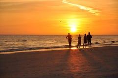 Soluppgång på den karibiska stranden Arkivbild