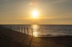 Soluppgång på den Pratt stranden över pir, Chicago Arkivfoton