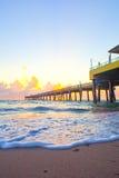 Soluppgång på pir i Dania Beach Florida Royaltyfri Fotografi
