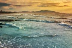 Soluppgång på stranden och molnen Royaltyfri Fotografi