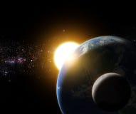 Soluppgång till jord och månen i galaxutrymmebeståndsdel avslutade b Arkivfoto