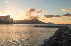 Soluppgång över diamanthuvudet från Waikiki Hawaii Arkivfoton