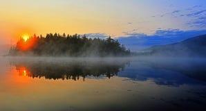 Soluppgång över en ö i en sjö HDR Arkivfoton