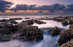 Soluppgånglandskapet av havet med vågmoln och vaggar Royaltyfria Foton