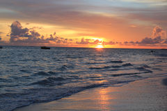 Soluppgångsolnedgångstranden fördunklar himmel, havet, havet Fotografering för Bildbyråer