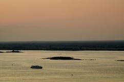 Soluppsättning över floden Royaltyfria Bilder