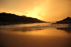 Soluppsättning över stranden Fotografering för Bildbyråer